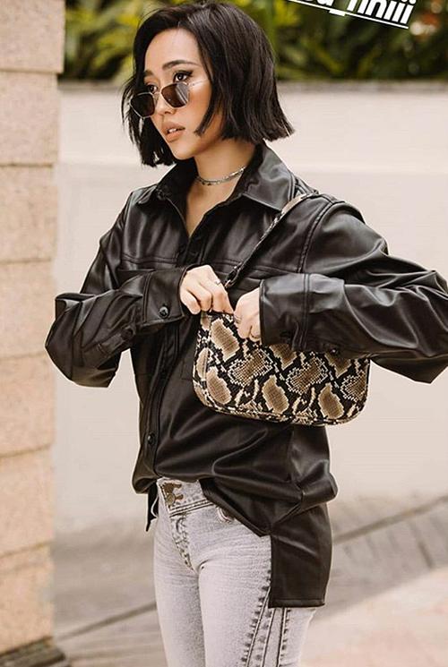 Trong hình ảnh street style mới đây, Diệu Nhi gây bất ngờ với phong cách cool ngầu. Từ mộtdiễn viên chuộng style bánh bèo, Diệu Nhi thay đổi hoàn toàn khi cắt tóc ngắn, khoác lên mình những bộ cánh thời thượng. Cô nàng còn bắt sóng xu hướng túi kẹp nách đang được nhiều sao Âu Á yêu thích gần đây.