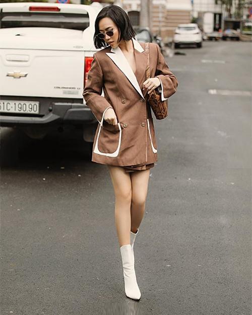 Không chỉ ăn mặc ngầu hơn, cách tạo dáng khi chụp street style của nữ diễn viên cũng lên đời.