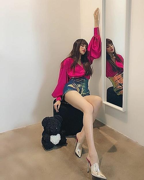 Sau khi sang Mỹ, Hoa hậu Hoàn vũ Việt Nam 2015 vẫn yêu thích gam này, tuy nhiên cô đổi sang lối mix đồ cá tính, hiện đại hơn.