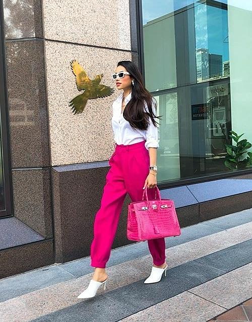 Thay cho gam hồng pastel trước đây, Phạm Hương giờ đây chuộng màu hồng neon, giúp cô trông rất nổi bật trên phố. Mới đây, người đẹp còn mạnh tay chi 1,5 tỷ đồng để sắm chiếc túi Hermes hồng chóe.