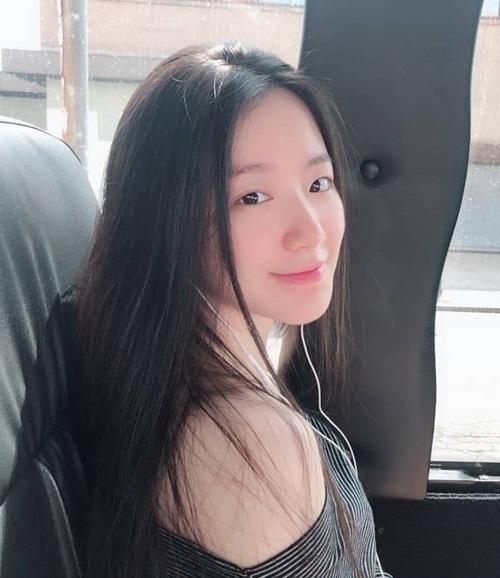 Shu Hua (G)I-DLE khoe mặt mộc đẹp tự nhiên trong ảnh do Soo Jin chụp.