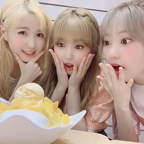 (Từ trái sang) Hitomi, Nako và Sakura - 3 idol Nhật của nhóm IZONE - mắt sáng rực khi thấy đồ ăn ngon.