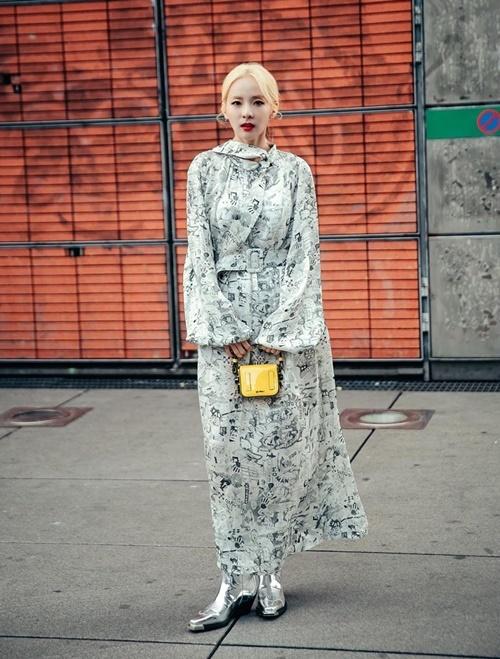 Dara liên tục khoe gu mặc chất khi dự Tuần lễ thời trang Paris.