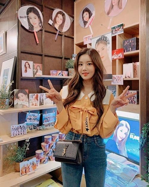 Eun Bi (IZONE) đứng trước quầy bán sản phẩm in hình cô nàng.