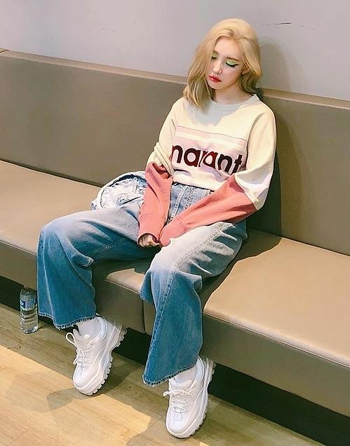 Đôi sneaker trắng hầm hố nhưng dễ mix đồ cũng không thể thiếu trong tủ giày của Sunmi. Cô nàng thường xuất hiện với Angel Sneaker của Eytys trong loạt ảnh trên Instagram