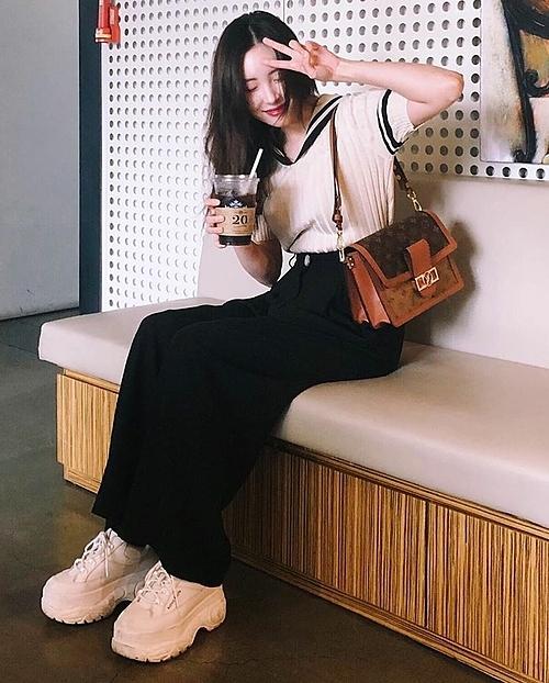 Áo thủy thủ và quần đen ống rộng, cả set đồ đậm chất sinh viên được Sunmi mix cùng túi xách LV đắt giá và đôi sneaker đế cao 7cm có giá hơn 4,6 triệu đồng.