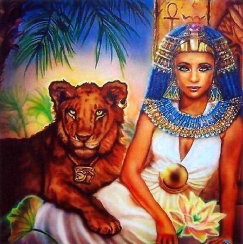 Sư Tử bất ngờ hóa thân thành nữ hoàng Ai Cập thời cổ đại quyền lực bên chú sư tử.