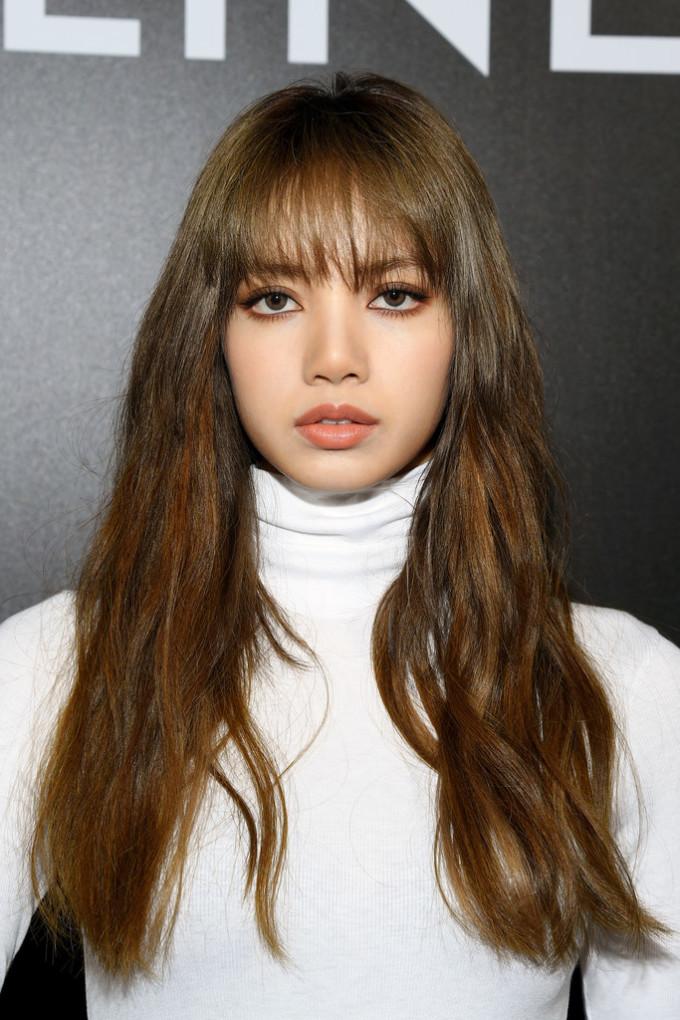 <p> Lối trang điểm của Lisa cũng đậm chất Tây với tóc xoăn rối, mắt môi tông cam đất.</p>