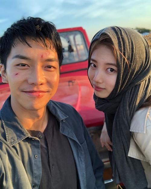 Suzy đăng ảnh hậu trường Vagabond với Lee Seung Gi.