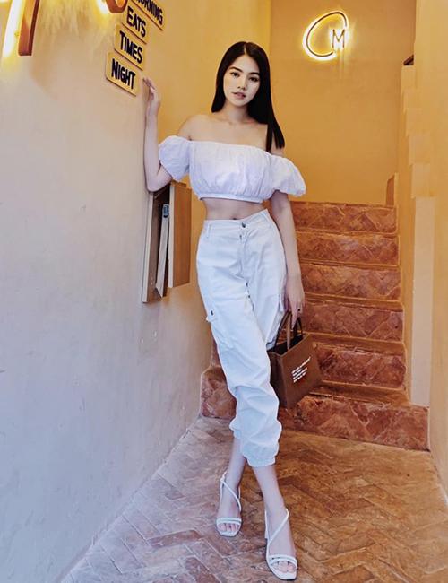 Jolie Nguyễn diện cả cây trắng tôn lên thân hình mảnh mai.