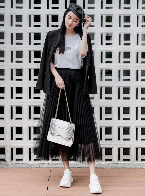 Jun Vũ trông năng động nhưng vẫn cổ điển khi mix trang phục chỉ có hai màu đen - trắng.