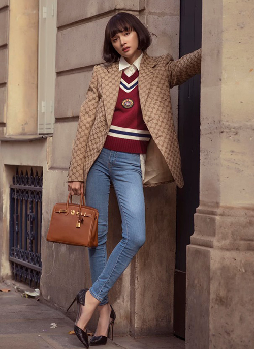 Hương Giang hóa quý cô Paris thanh lịch hút mắt nhìn. Nữ ca sĩ diện cây Gucci kết hợp cùng túi Hermes sang chảnh.