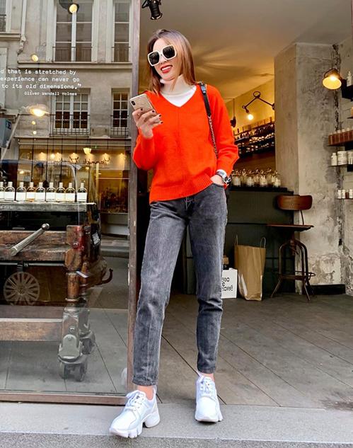 Kỳ Duyên mặc đồ ấm áp dạo phố châu Âu. Style của hoa hậu trông đơn giản nhưng vẫn bắt mắt.
