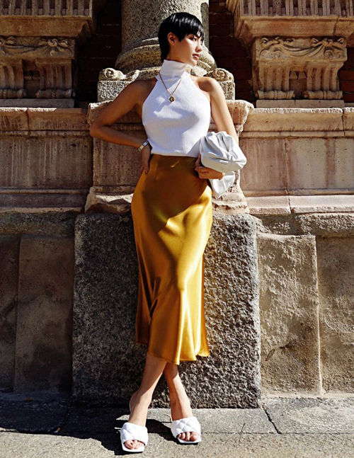 Váy lụa kiểu pyjama được Khánh Linh biến thành đồ sang trọng ra phố bằng cách diện cùng phụ kiện Balenciaga.