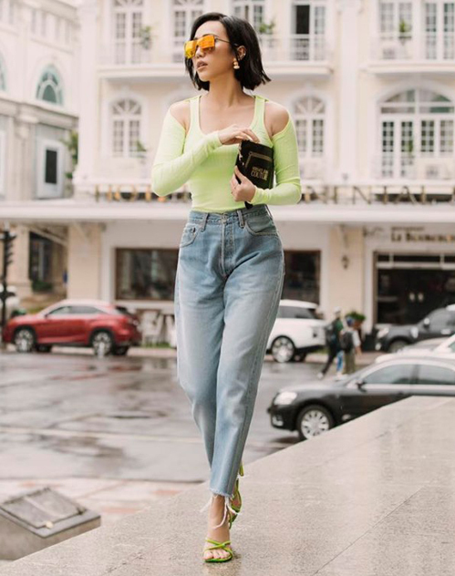 Diệu Nhi nhận được nhiều lời khen khi chuyển sang phong cách Tây hiện đại. Dù có làn da ngăm, cô nàng vẫn chinh phục được tông màu xanh neon.