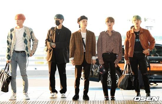 Nhóm AB6IX khoe gu thời trang chất lừ ở sân bay.