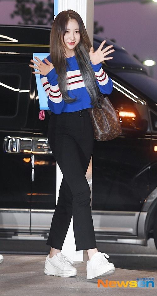 Chae Yeon dù cao nhưng vẫn đi giày đế khủng.
