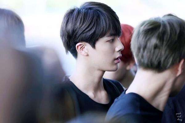 Fan dễ dàng bắt được những khoảnh khắc đẹp như trong phim mỗi lần Jin xuất hiện ở sân bay.