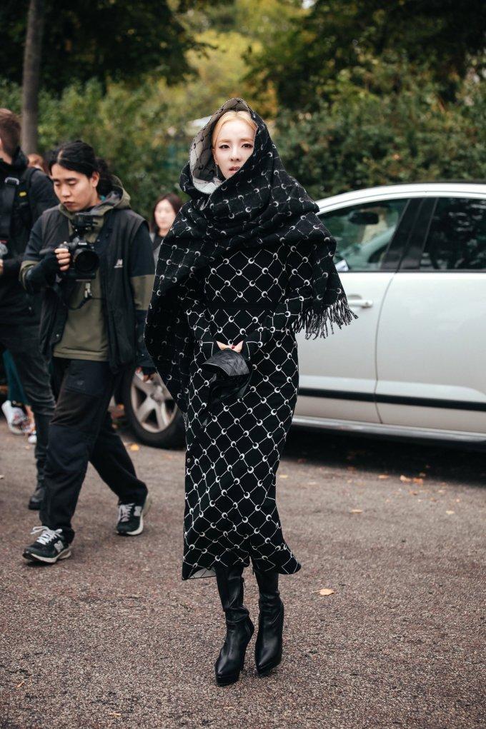 <p> Dara là một trong những sao Hàn tham dự Paris Fashion Week. Show diễn đầu tiên nữ ca sĩ làm khách mời làMarine Serre.</p>