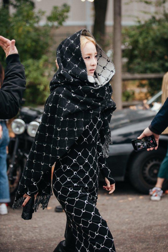 """<p> Nhiều ý kiến tranh cãi xung quanh style """"trùm kín mít"""". Fan cho rằng mỹ nhân YG bị già đi, không khoe được vóc dáng khi trang điểm và ăn mặc theo phong cách này.</p>"""