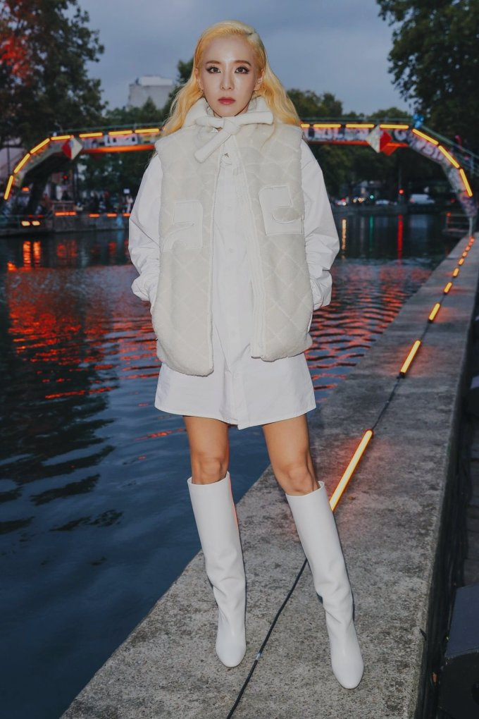 <p> Đến với showCourrèges, Dara thay đổi phong cách với những item màu trắng gồm: sơ mi, áo gile lông cừu và boot da. Tổng giá trị bộ trang phục là 2.993 USD.</p>
