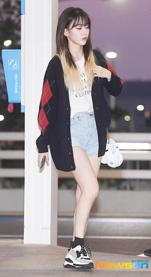 Nhiều thành viên đã đổi màu tóc mới, báo hiệu mùa comeback mới. Sakura xuất hiện với kiểu tóc ombre, khoe cặp chân dài.