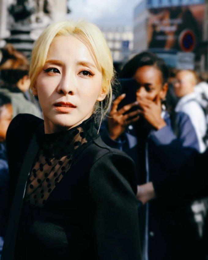"""<p> Nhiều fan cho rằng Dara sẽ ấn tượng hơn nếu buộc tóc đuôi ngựa thay vì rẽ ngôi giữa buộc thấp. Bên cạnh đó, một số fan cũng phàn nàn về lối makeup """"nhạt nhòa"""" của cô nàng.</p>"""