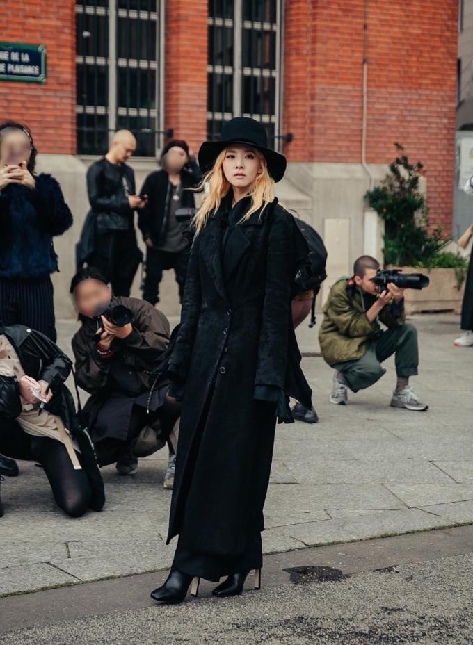 Cô mặc thiết kế thuộc BST Ready-To-Wear Fall 2019 Collection của Ann Demeulemeester, mix cùng mũ đen là phụ kiện tạo điểm nhấn.