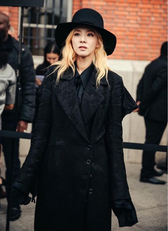 Dara thu hút sự chú ý khi diện set đồ all-back khi dự show Ann Demeulemeester.