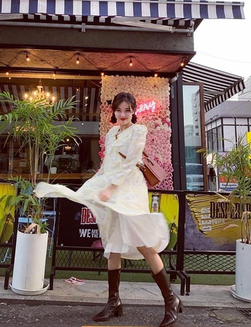 Hyuna tung váy hồn nhiên tạo dáng trên phố. Cô nàng luôn biến hóa giữa style thiếu nữ và gợi cảm, cá tính.