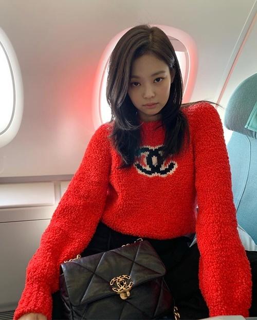 Jennie ngồi trên máy bay cũng pose hình đầy thần thái với cây đồ Chanel.