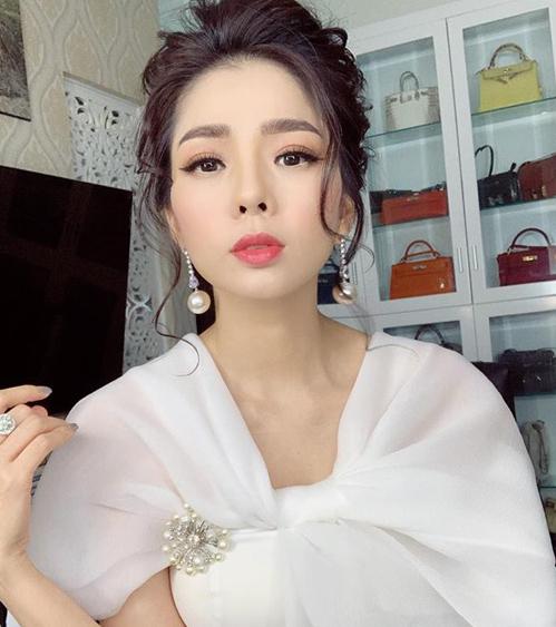 Nữ ca sĩ trưng bày gia tài túi xách đắt đỏ trong từng ngăn riêng biệt.