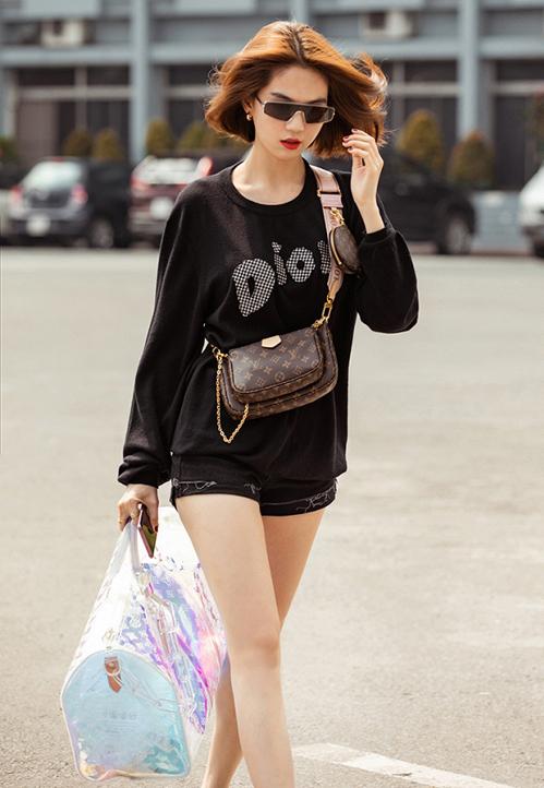 Ngọc Trinh mới đây khoe style ra phố sành điệu với cả cây hàng hiệu. Phụ kiện mới toanh của Louis Vuitton được chân dài kết hợp cùng áo nỉ đen của Dior, rất hợp với thời tiết những ngày giao mùa.