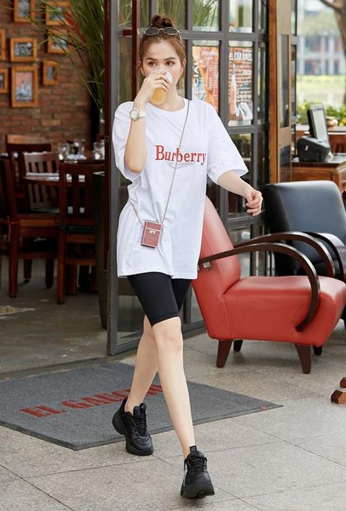 T-shirt trắng của Burberry giá gần 7 triệu đồng được nhiều sao thế giới yêu thích năm nay. Ngọc Trinh cũng sắm chiếc áo này cho vào tủ đồ. Người đẹp diện cùng biker shorts năng động xuống phố.