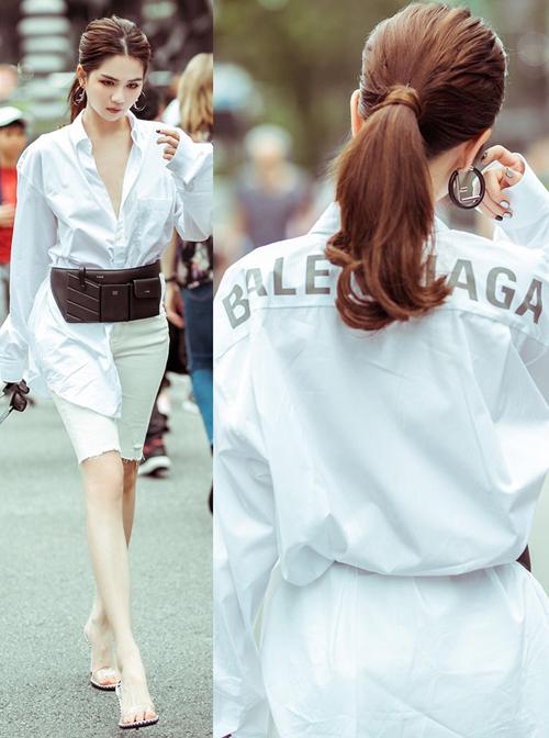 Cô thường xuyên mặc chiếc sơ mi trắng này ra phố theo phong cách sang chảnh, hững hờ không nội y.