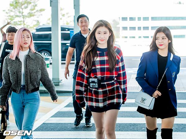 Trên mạng xã hội, nhiều ý kiến chê bai thần thái của các thành viên ITZY, cho rằng các cô gáitrông non nớt vì gồng quá mức. Những bộ cánh ra sân bay mà stylist lựa chọn cũng không phù hợp với vẻ đẹp trong sáng của girlgroup tân binh này.