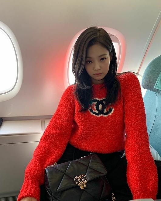 Sự xuất hiện của Jennie tại sân bay đưa tên tuổi cô nàng vào top trend nhiều quốc gia. Người hâm mộ dự đoán mái tóc mới này sẽ nhanh chóng tạo trend chophái nữ ở Hàn Quốc. Trước đây, Jennie cũng nhiều lần đi đầu xu hướng làm đẹp. Cô sở lữu lượng follow khủng trên trang cá nhân nhờ hình mẫuIT Girl sành điệu cho giới trẻ học hỏi.