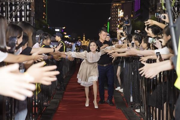 Diệu Nhi bắt tay từng fan và chụp hình chung tại sự kiện.