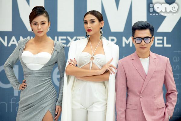 Sau buổi casting tại khu vực phía Nam, Vietnams Next Top Model 2019 tiếp tục tổ chức tuyển chọn người mẫu tại Hà Nội vào sáng 30/9. Bộ ba giám khảo của chương trình: Mâu Thủy - Võ Hoàng Yến và Nam Trung xuất hiện với vẻ quyền lực.