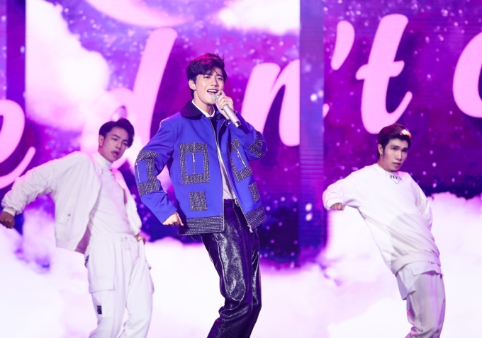 <p> Chương trình cũng chào đón những sân khấu comeback như <em>Mở cửa trái tim</em> của Avin Lu...</p>