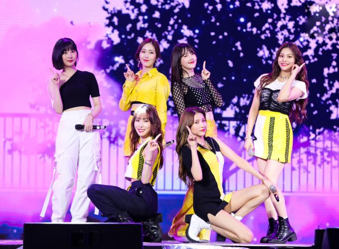 """<p> Girlgroup Kpop GFriend ghi điểm bởi vẻ đáng yêu, thân thiện.Nhóm trình diễn ba ca khúc là """"Fever"""", """"Me Gusta Tu"""" và """"Time For The Moonlight"""".</p>"""