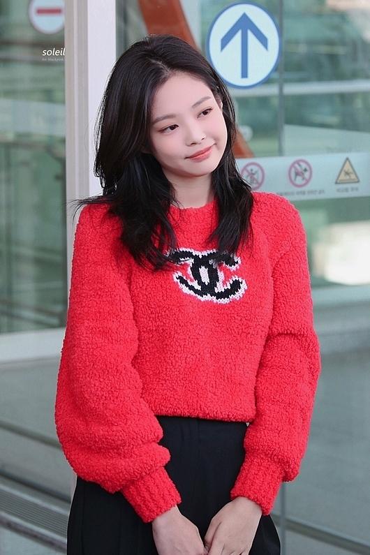 Khi xuất hiện ở sân bay Incheon lên đường sang Paris, Jennie ghi điểm bởi vẻ đẹp tự nhiên, trang phục giản dị nhưng vẫn tỏa sáng. Đặc biệt, netizen ấn tượng trước mái tóc cắt ngắn ngang vai nhuộm đen mới toanh của thành viên Black Pink.