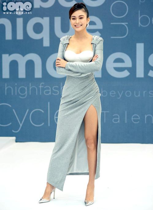 Mâu Thủy khoe lợi thế vóc dáng với chiếc váy cúp ngực xẻ tà cao. Trang phục giúp người đẹp tôn lên vòng một đầy quyến rũ.