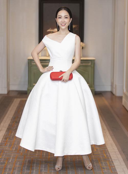 Diễn viên múa Linh Nga chọn clutch cầm tay màu đỏ rực phối cùng váy trắng càng tăng thêm sự nổi bật. Linh Nga khá ưa chuộng những thiết kế dáng xoè cổ điển, đơn giản, thanh lịch.