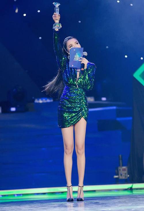 Trước đây, Bích Phương chuộng diện váy siêu ngắn để tôn lên đôi chân được khen ngợi là cực phẩm.
