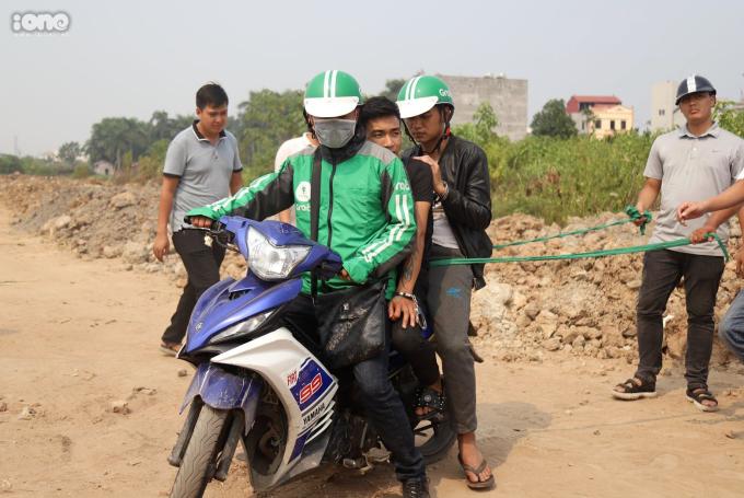 <p> Hai nghi phạm mô tả lại hành trình nạn nhân Nguyễn Cao Sang chở xe máy từ bến xe Mỹ Đình đến phố Tân Phong, có di chuyển qua bãi đất trống.</p>
