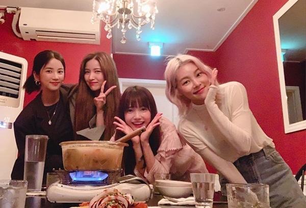 Cho Rong (Apink), So Won (GFriend), Ha Yeon Soo và Song Hae Na (từ trái qua) thành hội bạn thân thiết khi cùng quay show.