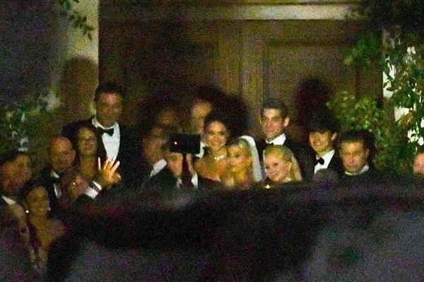 Cô dâu chú rể chụp ảnh kỷ niệm cùng gia đình và bạn bè.