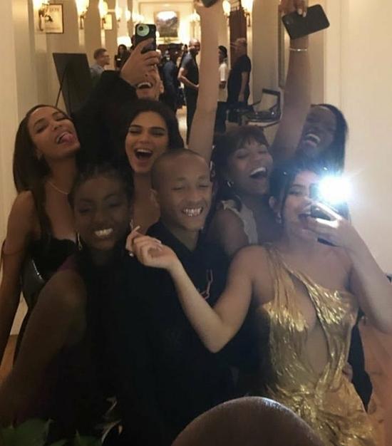 Kylie Jenner (cầm điện thoại) pose hình nhắng nhít cùng các khách mời khác như Kendall Jenner, Joan Small, Jaden Smith...