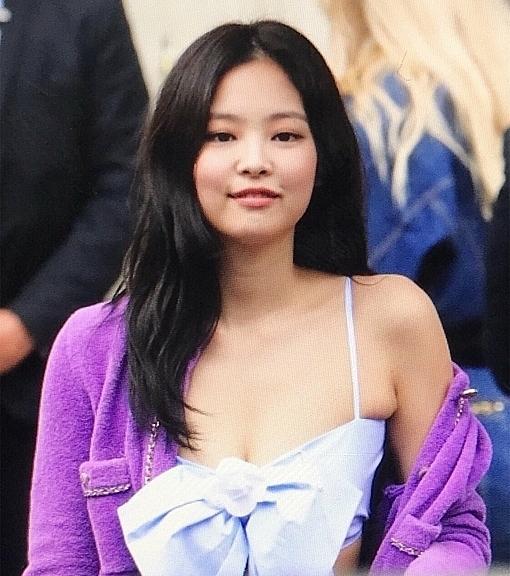 Jennie hở bạo với outfit tím mộng mơ dự show Chanel